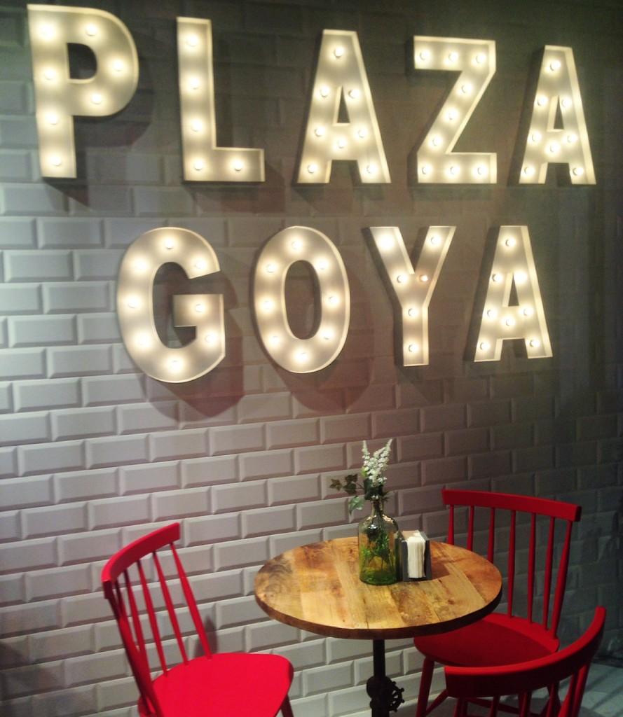 Letras luminosas en la entrada de Plaza Goya de Zaragoza. Blog de Zaragoza Increible pero cierzo
