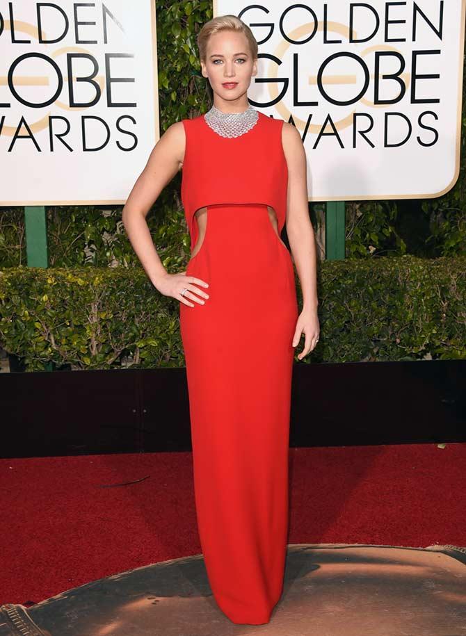 jennifer lawrence alfombra roja de los globos de oro con vestido rojo con aberturas de Dior. Mejor vestidas segun el blog de moda increible pero cierzo