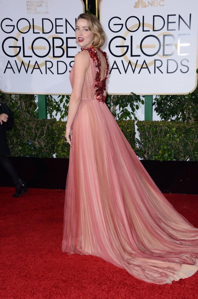 amber heard con vestido de gucci en tonos rosados y rojos en la alfombra roja de los globos de oro 2016.