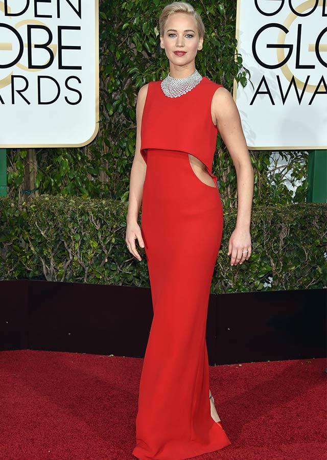 jennifer lawrence triunfadora en los globos de oro. Mejor vestidas alfombra roja globos de oro con vestido de dior rojo. increible pero cierzo