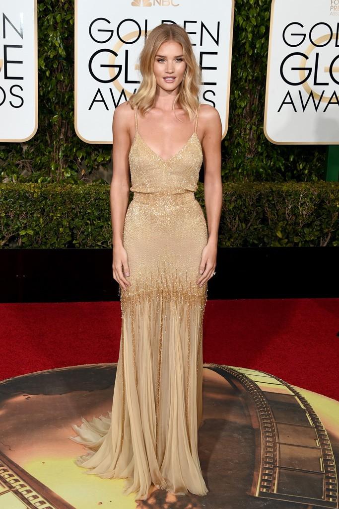 Rosie Huntington apostó por el dorado con este Atelier Versace y un look muy natural para su maquillaje y peinado. Alfombra roja globos de oro segun el blog de moda increible pero cierzo, laguiago.com