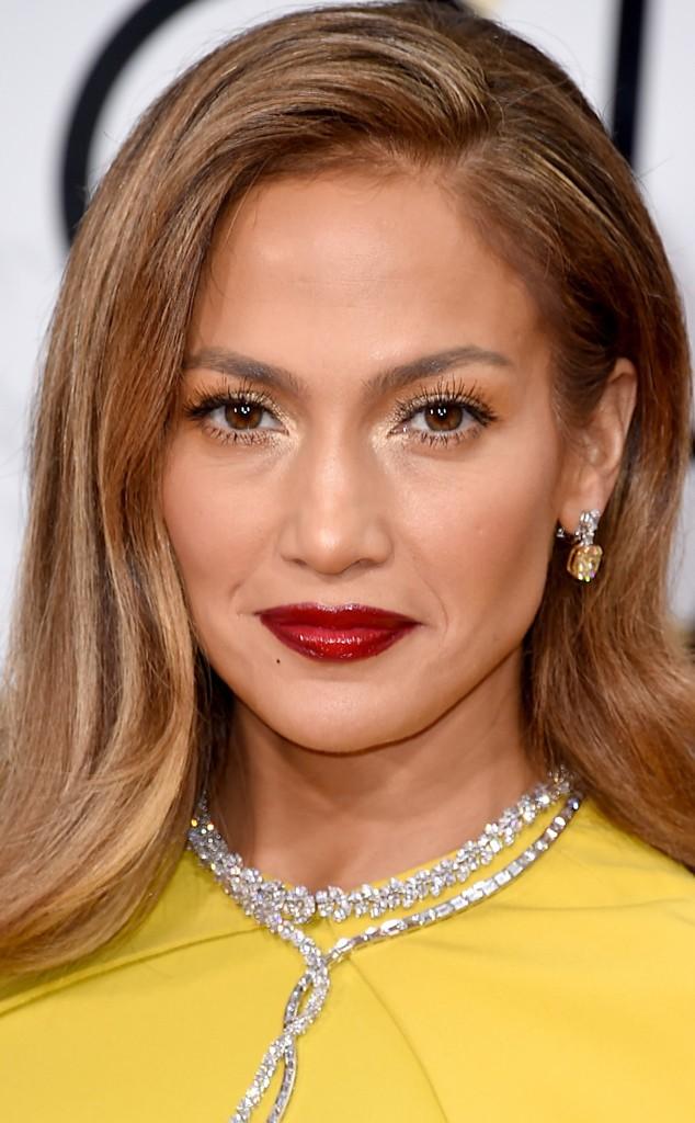 Jennifer Lopez vestido mostaza de Giambatista Valli mas comentado de los globos de oro 2016. increible pero cierzo