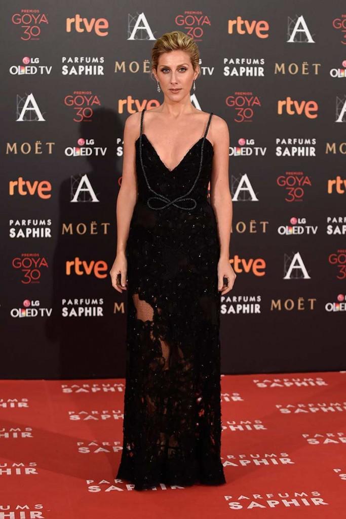 Cecilia Freile apostó por un vestido negro de pedrería y transparencias de Ana Locking que le sentaba como un guante. en la alfombra roja de los goya 2016. Increíble pero cierzo