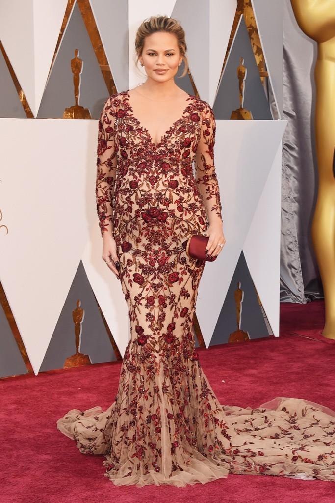 Chrissy Teigen de marchesa de las peor vestidas en la gala de los oscars 2016 por el blog de moda increibleperocierzo
