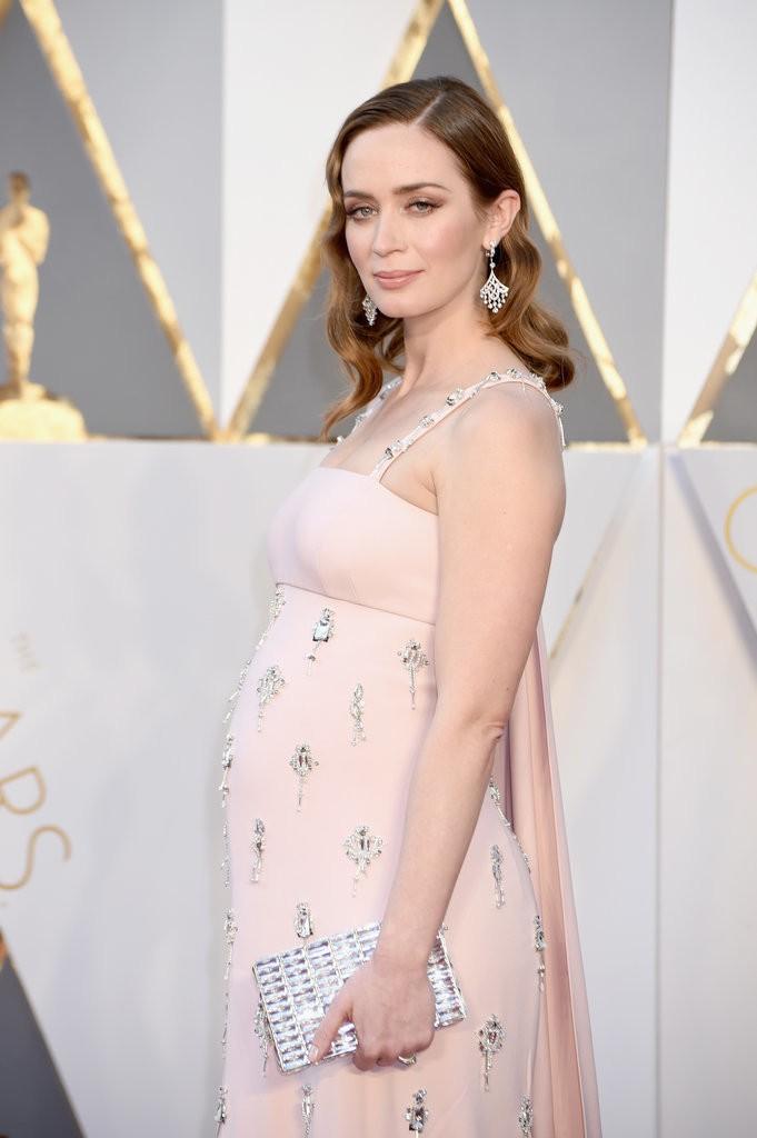 Emily-Blunt embarazada de las mejor vestidas en la alfombra roja de los oscars 2016 por el blog de moda increíble pero cierzo