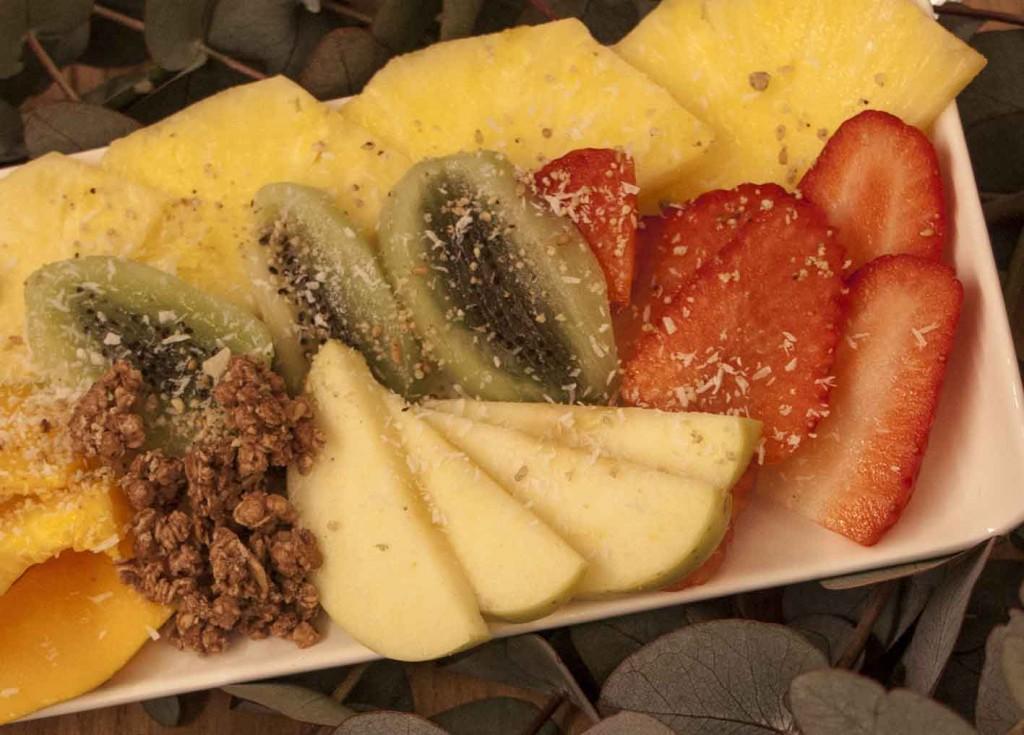 Bandejas de fruta en el restaurante de moda de zaragoza sofood. increíble pero cierzo