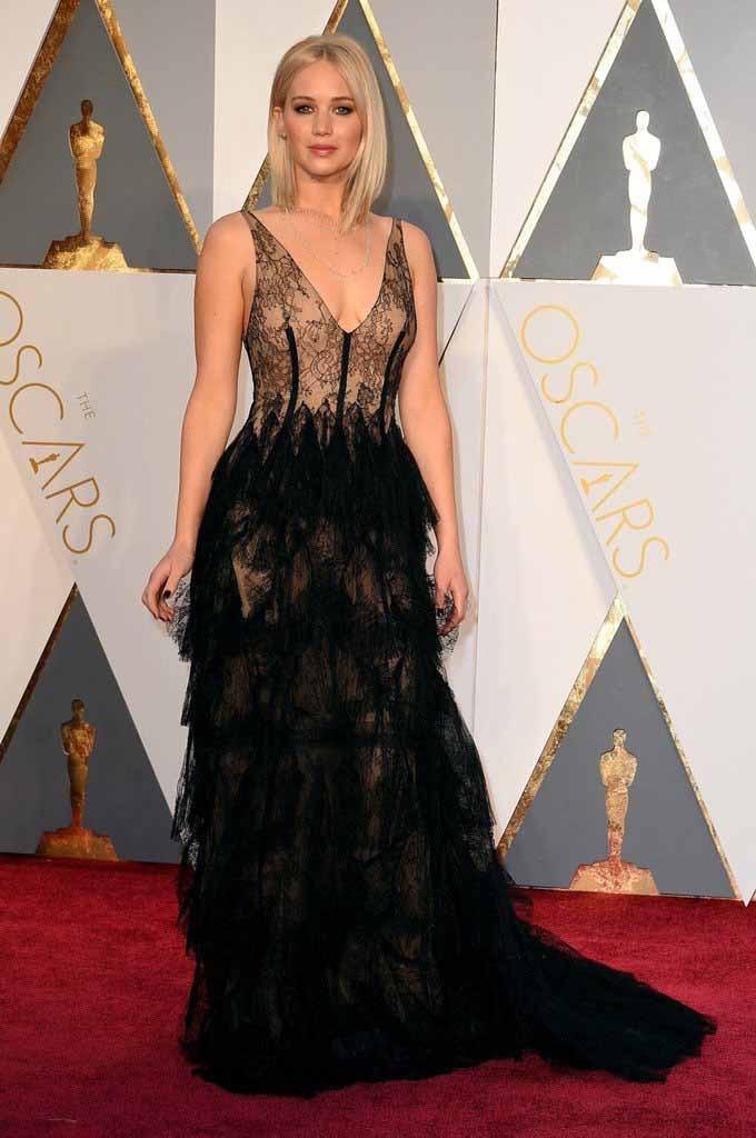 Jennifer Lawrence con vestido con transparencias de Dior en la alfombra roja de los oscars 2016 por el blog de moda increíble pero cierzo de laguiago.com
