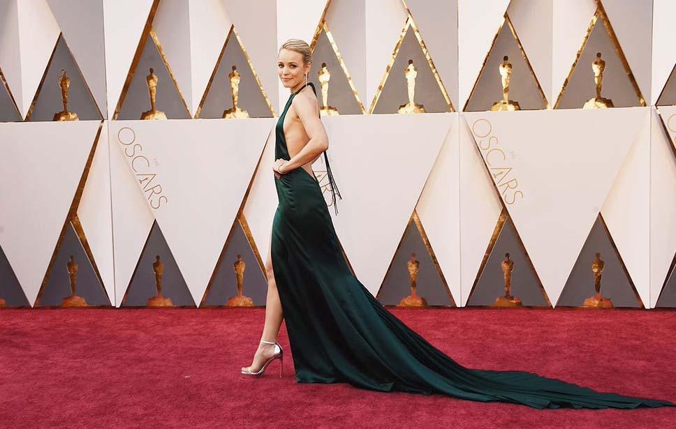 La actriz lleva un vestido verde oscuro de August Getty en la alfombra roja de los oscars 2016. las mejor vestidas por el blog de moda increíble pero cierzo de laguiago.com