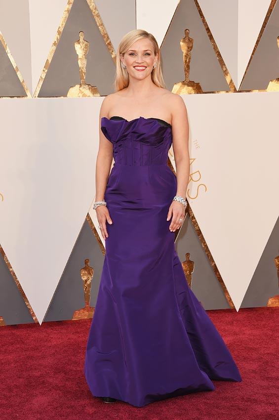 Reese Witherspoon, con diseño 'palabra de honor', de Oscar de la Renta. Peor vestidas en los oscars 2016 por el blog de moda increíble pero cierzo de laguiago.com