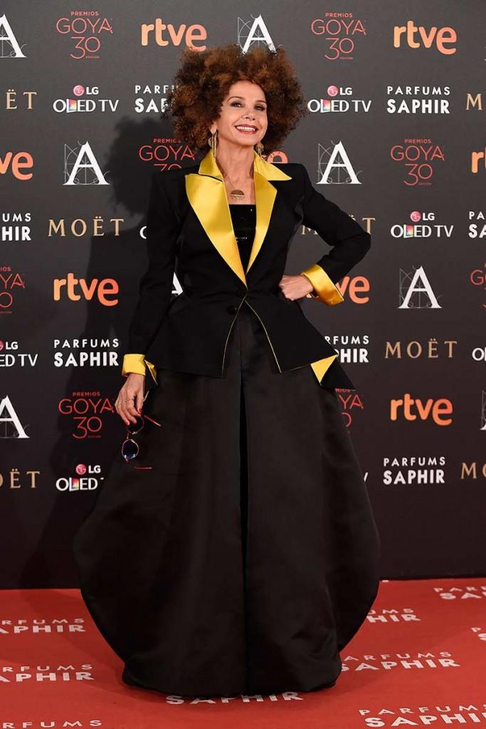 Victoria Abril entre las por vestidas de la alfombra roja de los goya 2016 con un jean paul gaultier negro y pelo afro según el blog de moda increibleperocierzo
