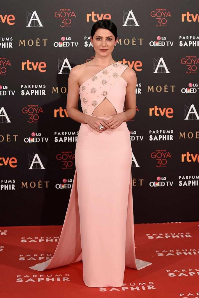 Barbara Lennie con diseño en rosa rosa palo de Jorge Acuña entre las mejor vestidas de los premios goya 2016 por el blog de moda increíble perocierzo de Zaragoza. laguiago.com