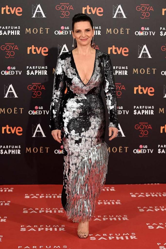 Juliette Binoche con vestido de Loewe en la gala de los goya 2016 entre las peor vestidas de a alfombra roja por el blog de moda increíble pero cierzo de laguiago.com
