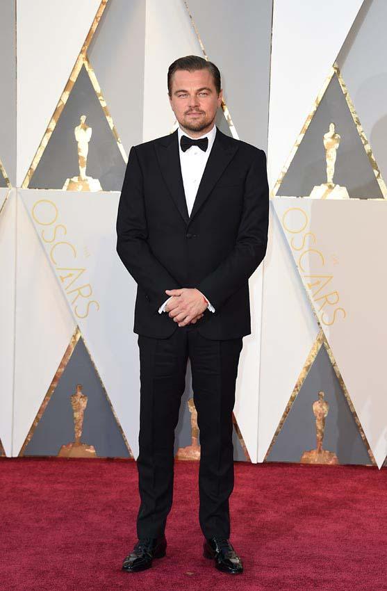 Leonardo Dicaprio protagonista de la gala de los oscars 2016 y de la alfombra roja con su Armani. Mejor vestidos por el blog de moda increíble pero cierzo de laguiago.com
