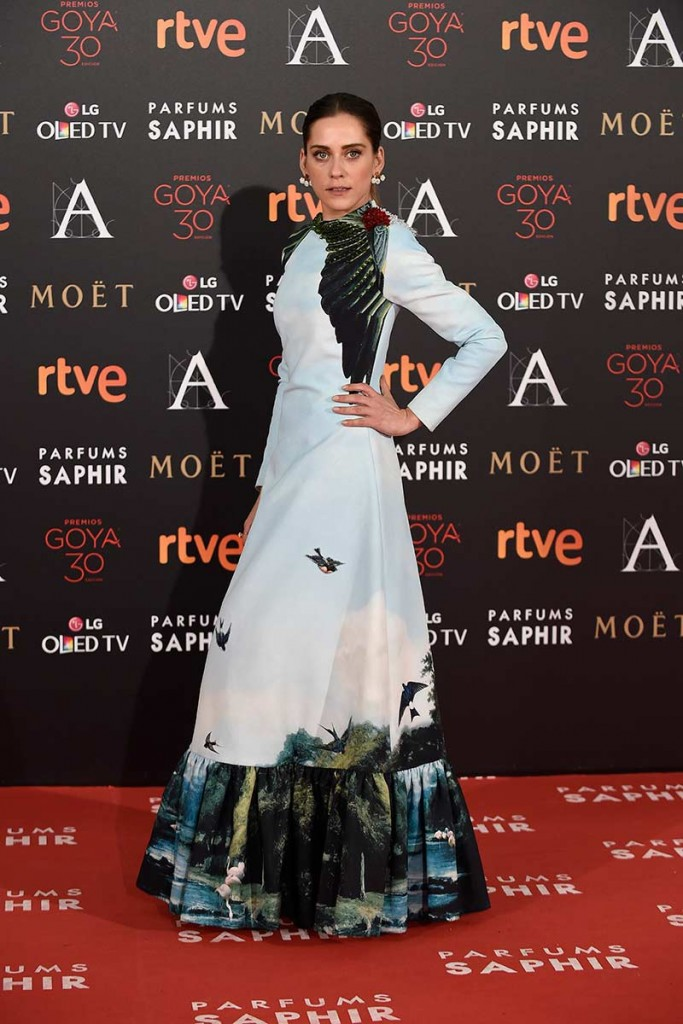 Maria león entre las peor vestidas de la alfombra roja de los goya 2016 con vestido de estampado de naturaleza de leandro cano según el blog de moda increíble pero cierzo