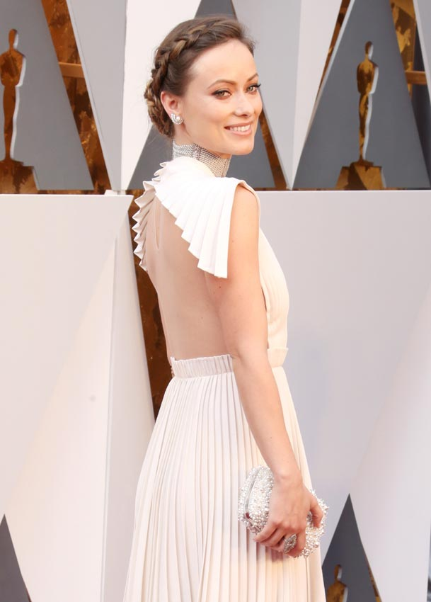 Olivia Wilde en la alfombra roja de los Oscars 2016 con un vestido total white de escotazo. Las mejor vestidas por el blog de moda increíble pero cierzo
