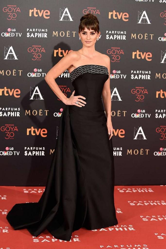 Penelope Cruz poso por primera vez acompañada de Javier Bardem en los Goya 2016. Vestido negro de Versace, look a lo Audrey Hepburn en el blog de moda increíble pero cierzo de laguiago.com