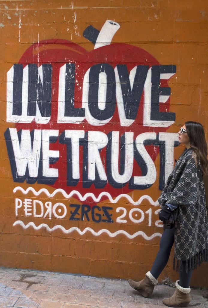 Graffitis en el barrio de Las Armas de Zaragoza en el blog Increible pero cierzo laguiago.com. In love e trust pedro Zrgz 2012 Zaragoza