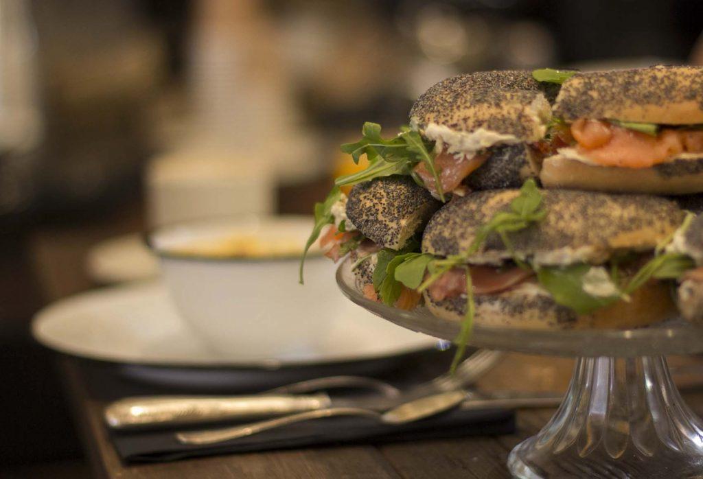 bagels de salmon queso y rucula en el Brunch en Zaragoza en The Nook por el blog de lifestyle increible pero cierzo
