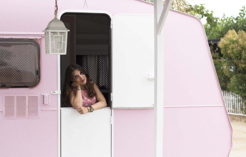 Caravana rosa de Camping miramar con caravanas vintage en Mont Roig Tarragona por el blog de lifestyle increible pero cierzo