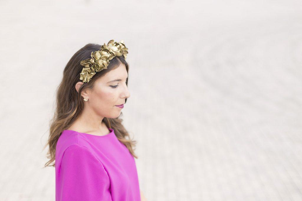 Look de boda en el extranjero. Alquiler de corona de flores de Sisters Tocados en La Mas Mona para el blog de moda increíble pero cierzo