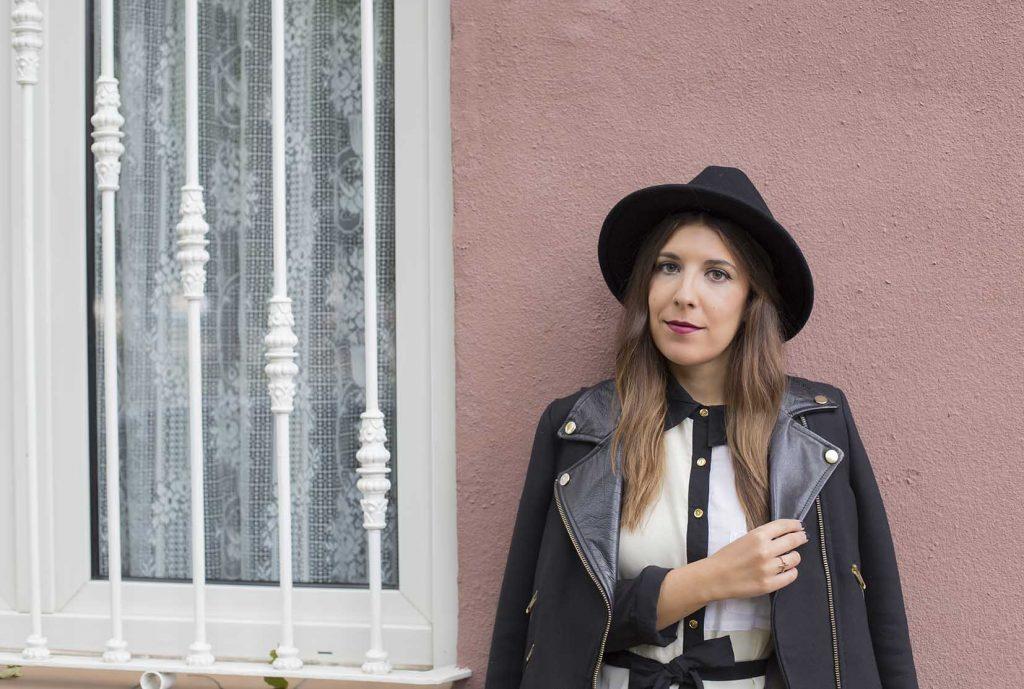 Vestido blanco & negro de Almatrichi con biker y sombrero en el blog de moda increíble pero cierzo
