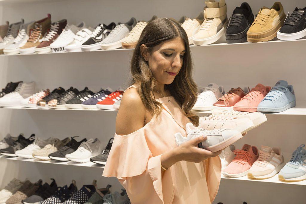 Andrea Martinez, influencer de Zaragoza, en la Telva Shopping Xperienze Zaragoza en la tienda The Sneaker One Zaragoza